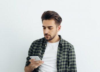 Mand der finder billigt lån på sin telefon