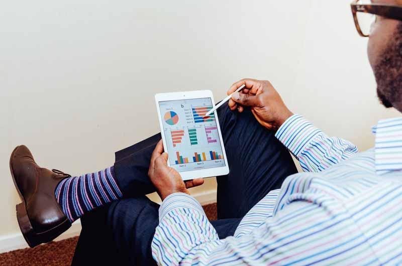 Mand med iPad