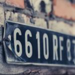 Nummerplade på mur